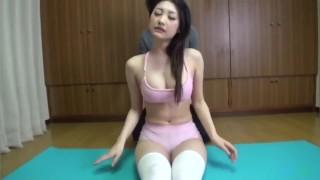 极品巨乳瑜伽少妇被学员摁在地上疯狂抽插国产